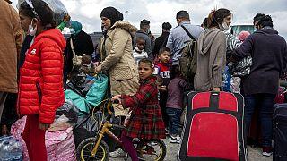 Μετανάστες περιμένουν στο λιμάνι του Λαυρίου (φωτογραφία αρχείου)