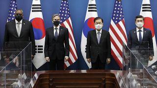 وزيرا الخارجية والدفاع الأمريكيين مع نظيريهما من كوريا الجنوبية خلال مؤتمر صحافي