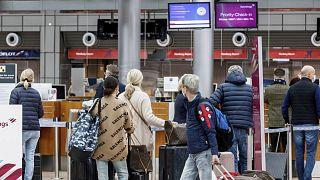 Mallorcába készülő utasok a hamburgi repülőtéren