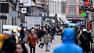 Ellepték a sétálók Koppenhága utcáit, miután több hónapos szünet után március 1-én újra kinyithattak a boltok