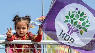 Mädchen mit HDP-Fahne (Aufnahme aus dem Jahr 2018)