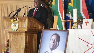رئيس جنوب إفريقيا سيريل رامافوزا، في مراسم تأبين ملك الزولو في نونغوما، جنوب أفريقيا.