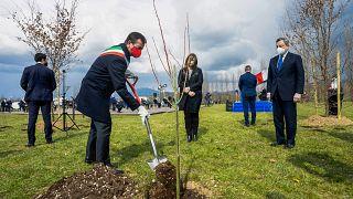 عمدة بيرغامو وأمامه رئيس الوزراء الإيطالي ماريو دراغي عند غراسة شجرة تكريما لموتى جائحة كوفيدـ19. 2021/03/18