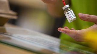 Un farmacéutico prepara una dosis de AstraZeneca en Bélgica, uno de los pocos países de la UE que mantiene la vacuna.
