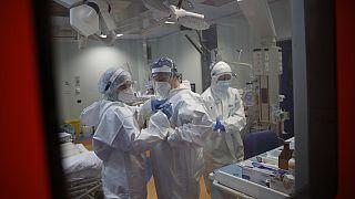 В Чехии больницы с трудом выдерживают нагрузку. Франция вводит карантин в 16-ти департаментах