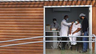 Una sanitaria recibe la primera vacuna en El Salvador