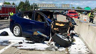 2018'de yarı otomatik sürüş modundaki Tesla bu tesla aracı otobanda kaza yaptı. Kazada sürücü hayatını kaybetti.