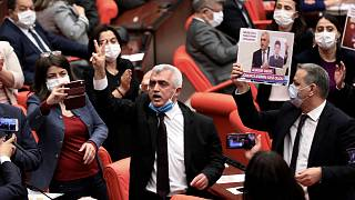 یکی از رهبران حزب دموکراتیک خلق در پارلمان ترکیه