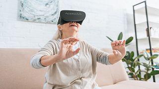امراة تستخدم نظارات الواقع الافتراضي ثلاثية الأبعاد