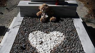 Ege Denizi'nde boğularak can veren 5 yaşındaki Afgan çocuğun defnedildiği mezar