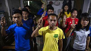 Menekülnek az emberek Mianmarból, már 230 tüntető halt meg