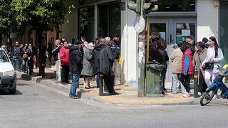 Συνταξιούχοι έξω από κατάστημα τράπεζας