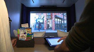 Una habitación de hotel en la que ver películas en gran pantalla