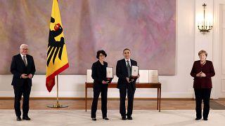 Almanya'da Prof. Dr. Uğur Şahin ve eşi Dr. Özlem Türeci'ye liyakat nişanı verildi