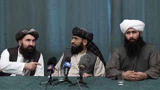 Moskova'da basın toplantısı düzenleyen Taliban heyeti. Süheyl Şahin (ortada) ABD'nin 1 Mayıs'ta asker çekmesini istediklerini söyledi