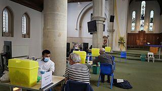Ακόμα και σε ναούς γίνονται εμβολιασμοί στο Λονδίνο