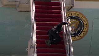 الرئيس الأمريكي يتعثر أثناء صعوده سلم الطائرة الرئاسية