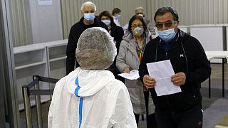 Πολίτες περιμένουν στην ουρά για να κάνουν το εμβόλιο της Sinopharm, στο Βελιγράδι