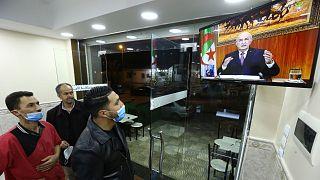 جزائريون يشاهدون خطابا سابقا لتبون
