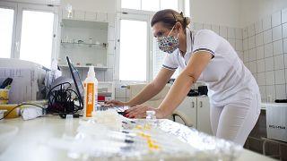 Egy háziorvos az AstraZeneca koronavírus elleni oltóanyagának beadását készíti elő