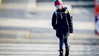 Kind mit Maske auf dem Schulweg in Frankfurt