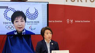 Hasimoto Szeiko, a 2020-as tokiói nyári olimpiát és paralimpiát előkészítő bizottság elnöke Juriko Koikének, Tokió kormányzójának a beszédét hallgatja