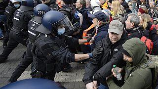 Auseinandersetzungen zwischen Querdenkern und Polizei in Kassel
