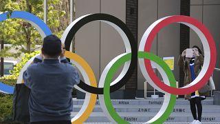 Die olympischen Ringe auf dem Takao-Berg bei Tokio sind nun sichtbar