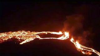 الحمم البركانية تتدفق من صدع في الأرض في جلغيندادالوش، قرب جبل فاغرادالفياتش- أيسلندا