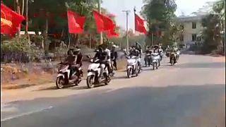 متظاهرون مناهضون للانقلاب يحتجون بال دراجات النارية في داوي- ميانمار.