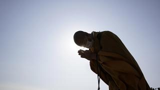 Az áldozatokért imádkozik egy buddhista szerzetes Szendai óceánpartján a szökőár 10. évfordulóján