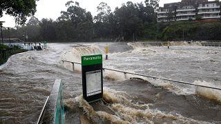 A megáradt Parramatta folyó kilépett medréből Sydney Parramatta elővárosában 2021. március 20-án.