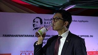 """رئيس مدغشقر أثناء تناوله الشاي """"المعجزة"""""""