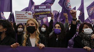 Imagen de la manifestación contra la retirada del pacto contra la violencia machista que recorrió el sábado un barrio de Estambul.