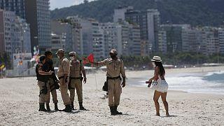 Forças de segurança fiscalizam o encerramento das praias no Rio de Janeiro