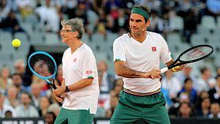 بیل گیتس و راجرر فدرر در حال بازی تنیس