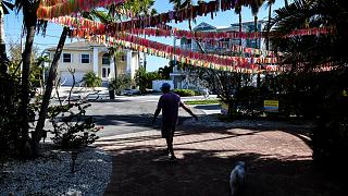 شرائط ملونة تمثل ضحايا كوفيد-19 معلقة في منزل كاثي توبياس في جزيرة آنا ماريا بفلوريدا.