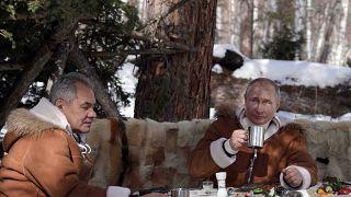 الرئيس الروسي فلاديمير بوتين رفقة وزير دفاعه سيرغي شويغو في التايغا السيبيرية
