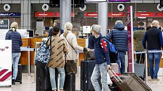 Mallorca-Reisende am Flughafen Hamburg