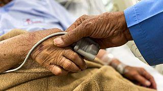 زوج سالمند، بستری در بیمارستان؛ عکس آرشیوی است