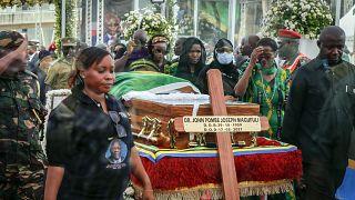 Hommage à Magufuli : des tanzaniens inconsolables