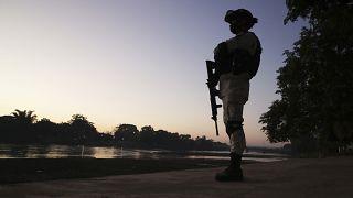 Un efectivo de la Guardia Nacional mexicana hacer guardia en la frontera con Guatemala.