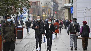زوجان يمشيان في أحد شوارع شنغهاي.