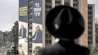 لوحة إعلانية انتخابية لحزب الليكود الإسرائيلي في الانتخابات العامة الإسرائيلية المقبلة على مبنى في القدس.