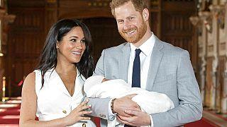 Harry és felesége, Meghan bemutatják a világnak Archie-t, elsőszülött fiukat