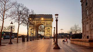 Les champs-Elysées à Paris sont déserts alors que le couvre-feu a débuté ; le 21 mars 2021