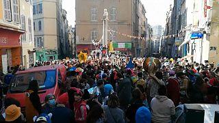 Folla in piazza a Marsiglia per il Carnevale