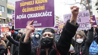 İstanbul Sözleşmesi'nden çekilme kararı sonrası pankart açan bir kadın eylemci