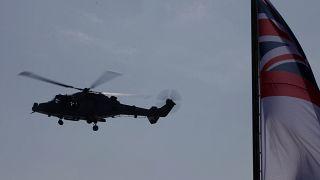 هليكوبتر عسكرية بريطانية ترفع علم البحرية البريطانية على متن السفينة الرئيسية للبحرية الملكية إتش إم إس ألبيون خلال مناورات بحرية بين بريطانيا وفرنسا وقبرص قبالة ليماسول 2020