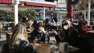 Ankara'da bir kafede oturan vatandaşlar